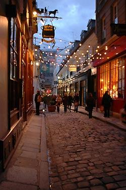 photo of a Paris alleyway
